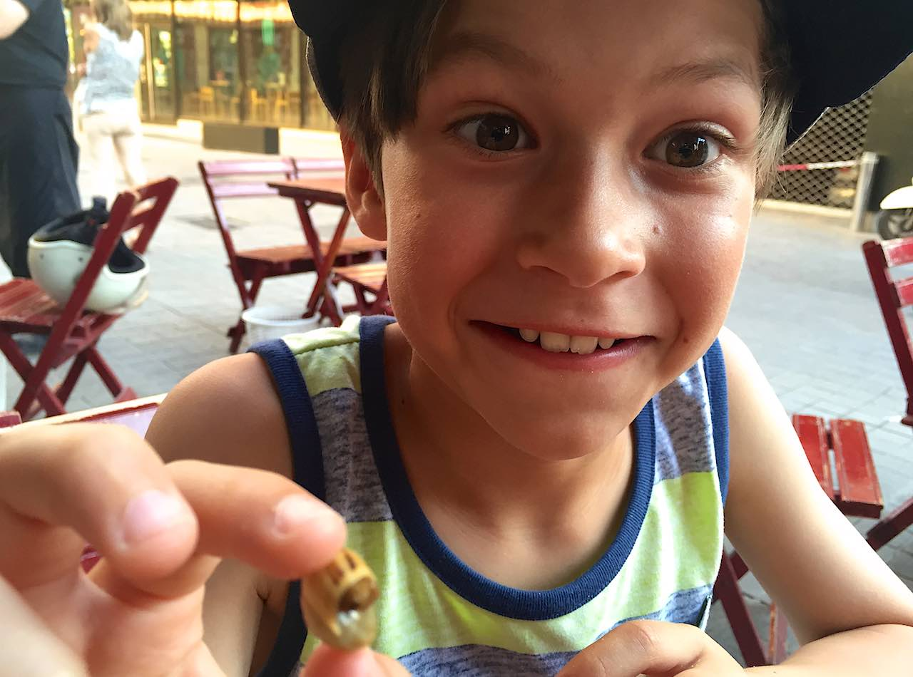 6 ways to coerce your kids into trying new foods while traveling